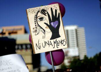 19 Octubre 2016/CONCEPCION Una mujer levanta un cartel, durante la marcha con la consigna Ni Una Menos, esto debido a los mœltiples asesinatos y violaciones contra la mujer, la cual se realizo por el centro de Concepcion FOTO:JUAN GONZALEZ/AGENCIAUNO