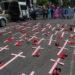 MÉXICO, D.F., 14MAYO2015.- Activistas se manifestaron en los alrededores de la Secretaría de Gobernación para pedir un alto a los feminicidios que ocurren en diversos estados de la República.  FOTO: ISAAC ESQUIVEL /CUARTOSCURO.COM